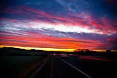Ansicht von der Autobahn mit schönem Abendsonnenuntergang Lizenzfreies Stockfoto