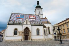 Ansicht von der berühmten des St Mark Kirche in der oberen Stadt Zagreb, Kroatien stockbild