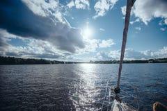 Ansicht von der Bootsnase des umgebenden Wassers Lizenzfreies Stockfoto