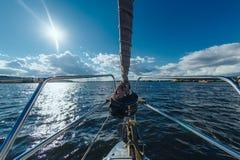 Ansicht von der Bootsnase des umgebenden Wassers Lizenzfreie Stockbilder