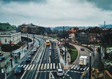 Ansicht von der Brücke auf dem zentralen Straßenverkehr in Warschau, Polen von der alten Stadt lizenzfreie stockbilder