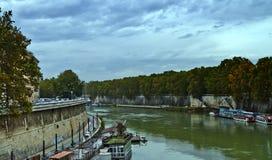 Ansicht von der Brücke über dem Fluss Tevere stockbilder