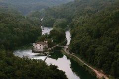 Ansicht von der Brücke von ` Adda Paderno d entlang dem Adda-Fluss, Lombardei - ITALIEN Lizenzfreie Stockfotos