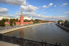 Ansicht von der Brücke auf dem Moskau-Fluss und Kreml Stockfoto