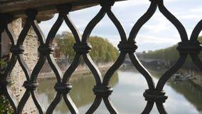 Ansicht von der Brücke auf Hintergrund des Flusses und des blauen Himmels stock video footage