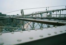 Ansicht von der Brooklyn-Brücke zur Straße unten stockbild