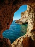 Ansicht von der Carvoeiro-Höhle lizenzfreie stockbilder