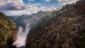 Ansicht von der Dammkrone mit den Schleusentoren geöffnet Lizenzfreie Stockfotografie