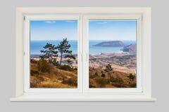 Ansicht von der Fensterberglandschaft mit dem Meer stockbild