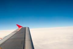 Ansicht von der Fläche auf dem Flügel und den Wolken Lizenzfreie Stockbilder