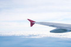 Ansicht von der Fläche auf dem Flügel und den Wolken Stockfotos
