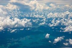 Ansicht von der Fläche, von den Wolken, die über Meer schwimmen und von der Insel Lizenzfreie Stockfotografie