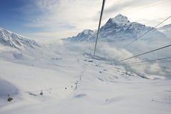 Ansicht von der Gondel zum Drahtseilbahnbewegen und -Skiort in Grindelwald, die Schweiz Stockfotos