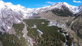 Ansicht von der Höhe des Vogelfluges zu Elbrus-Tal und zu Elbrus-Berg in russischem Nord-Kaukasus Lizenzfreie Stockbilder