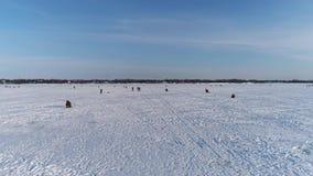 Ansicht von der Höhe von einem gefrorenen Fluss mit Fischern Yaroslavl, Russland stock video footage
