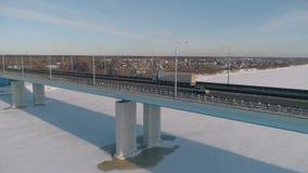Ansicht von der Höhe der Jubiläumbrücke in Yaroslavl und im Verkehrsknotenpunkt Russland, Winter stock video footage