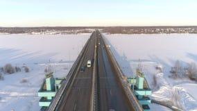 Ansicht von der Höhe der Jubiläumbrücke in Yaroslavl und im Verkehrsknotenpunkt Russland, Winter stock footage