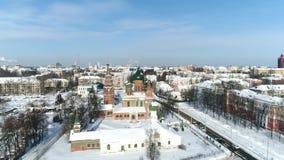 Ansicht von der Höhe der Kirche von Sankt Nikolaus das nasse im Winter Yaroslavl, Russland stock video