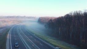 Ansicht von der Höhe der Straße, auf der Autos sich verschieben Die Straße wird in Nebel eingehüllt stock video