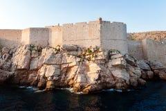 Ansicht von der hohen See zu den Stadtmauern von Dubrovnik lizenzfreie stockbilder