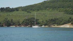 Ansicht von der Insel auf Meer und Boot stock video