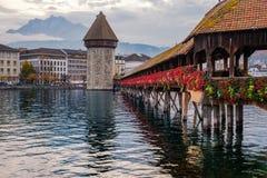 Ansicht von der Kapellen-Brücke von der historischen Stadt der Luzerne im Herbstlicht stockfotografie