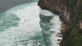 Ansicht von der Klippe zum Ozean in Uluwatu, Bali, Indonesien Wolkiges Wetter Ansicht der Klippe und der Küstenlinie stock footage