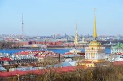 Ansicht von der Kolonnade von ` s St. Isaac Kathedrale auf historischer Mitte von St Petersburg Stockbild