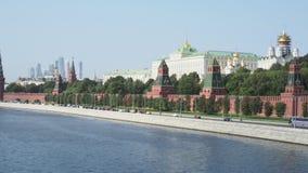 Ansicht von der Kreml-Damm von Moskva-Fluss in Moskau-Stadt im September stock video