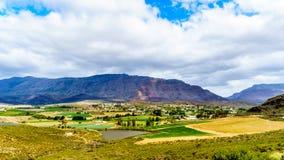 Ansicht von der Landstraße R62 der reizenden Stadt von Barrydale, angeschmiegt zwischen dem Tradouw-Tal und dem Klein-Karoo, im W Lizenzfreie Stockfotos