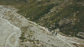 Ansicht von der oben genannten Wandergruppe, die auf Gebirgspfad geht Klettern eines Berges stockfotos