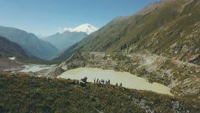 Ansicht von der oben genannten Wandergruppe, die auf Gebirgspfad geht Klettern eines Berges stockfoto