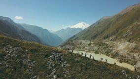 Ansicht von der oben genannten Wandergruppe, die auf Gebirgspfad geht Klettern eines Berges lizenzfreies stockfoto