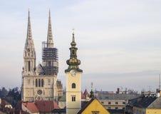 Ansicht von der oberen Stadt zu Zagreb-Kathedrale und zu St- Marykirche Stockfoto