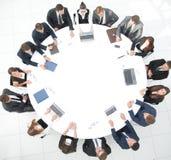 Ansicht von der Oberseite Aktionärsversammlung der Firma am runden Tisch lizenzfreie stockfotos
