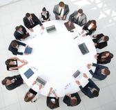 Ansicht von der Oberseite Aktionärsversammlung der Firma am runden Tisch lizenzfreies stockbild