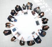 Ansicht von der Oberseite Aktionärsversammlung der Firma am runden Tisch Stockbilder