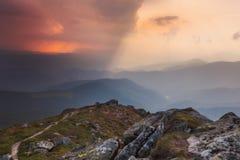 Ansicht von der Oberseite Berg-Knall Iwan Der Himmel ist geteiltes Licht und Dunkelheit Stockfotografie