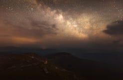 Ansicht von der Oberseite Berg-Knall Iwan Der sternenklare Himmel und die Milchstraße auf dem Berg Stockfoto