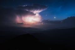 Ansicht von der Oberseite Berg-Knall Iwan Thunderhead und der sternenklare Himmel über der Kante Montenegriner Stockbild