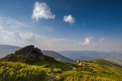 Ansicht von der Oberseite Berge mit einem blauen Himmel und Wolken Stockfoto