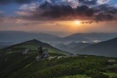 Ansicht von der Oberseite Bunter Sonnenaufgang in den Bergen Stockbild