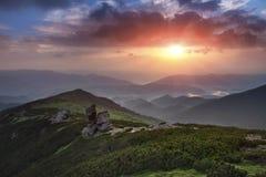 Ansicht von der Oberseite Bunter Sonnenaufgang in den Bergen Lizenzfreies Stockbild