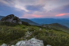 Ansicht von der Oberseite In der Farbe der untergehenden Sonne der Himmel über den Bergen Stockfotos