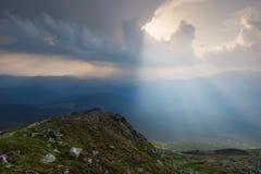 Ansicht von der Oberseite Die Strahlen, die durch die Wolken belichten den Boden brechen Lizenzfreies Stockfoto