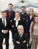 Ansicht von der Oberseite Gruppe lächelnde Geschäftsleute, die Kamera betrachten Lizenzfreie Stockfotografie