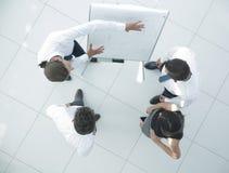 Ansicht von der Oberseite Hintergrund eines Geschäftsteams, das neue Ideen bespricht Lizenzfreie Stockbilder