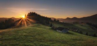 Ansicht von der Oberseite Morgen in den Bergen, das Haus auf dem Abhang Lizenzfreie Stockfotos