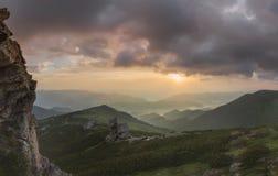 Ansicht von der Oberseite Panorama des Sonnenaufgangs in den Bergen Lizenzfreie Stockfotos