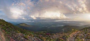 Ansicht von der Oberseite Panorama von Bergen vor Sonnenuntergang Lizenzfreie Stockbilder